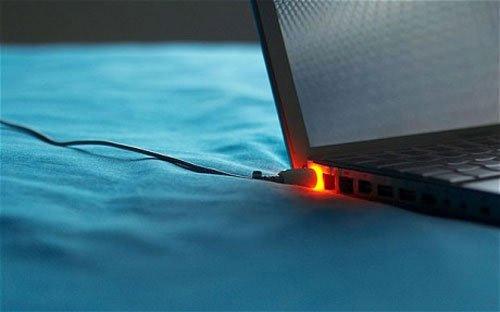 Sạc laptop có nóng không?